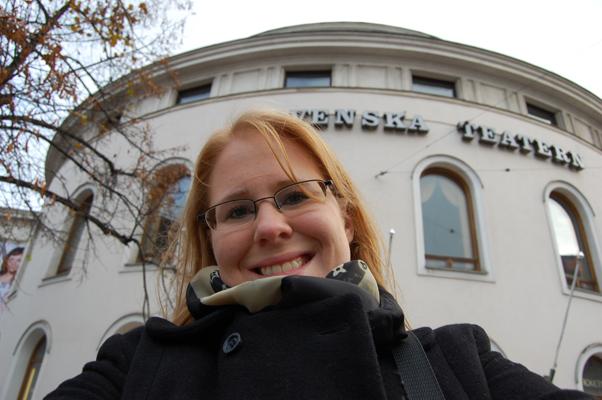 Karolina framför Svenska Teatern